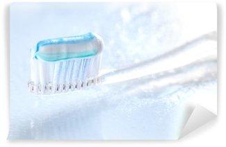 Fotomural Estándar El cepillo de dientes en el fondo blanco sqweezed
