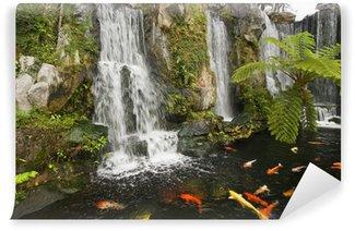 Fotomural Estándar Koi estanque con cascadas en un templo budista chino