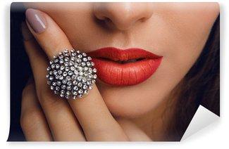 Fotomural Estándar Labios rojos con el anillo. Maquillaje