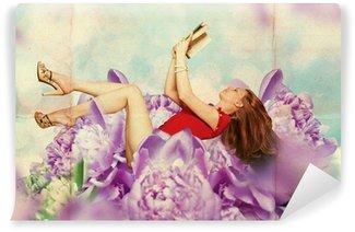 Fotomural Lavable Mujer hermosa con el libro en las flores