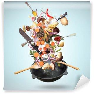 Fotomural Lavable Sartén grande de hierro con la caída de verduras y setas