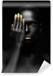 Fotomural Estándar Mujer de piel oscura con maquillaje de oro.