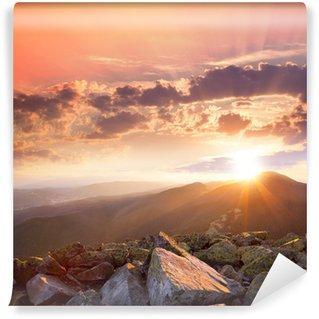 Fotomural Estándar Puesta de sol en el paisaje de las montañas. Dramático cielo, piedra colorida