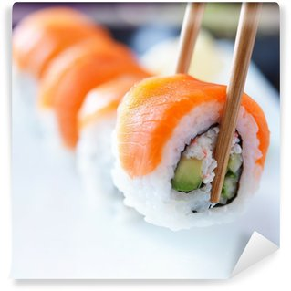 Fotomural Estándar Recoger una pieza de sushi con los palillos