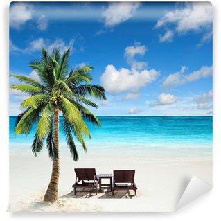 Fotomural Estándar Relajante bajo una palmera en la playa remota.