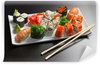 Fotomural Estándar Sushi japonés mariscos, rollo y palillos en un plato blanco