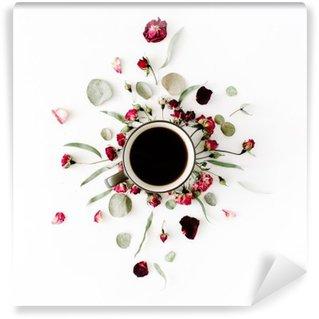 Fotomural Estándar Taza de café negro y rojo brotes color de rosa del ramo con eucalipto en el fondo blanco. aplanada, vista desde arriba