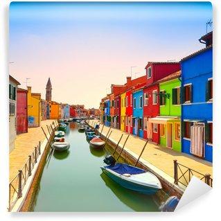 Fotomural Estándar Venecia señal, canal de la isla de Burano, casas y barcos de colores,