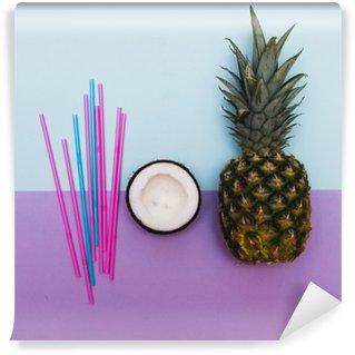 Vinyl-Fototapete Ananas und die Hälfte der Kokosnuss für die Partei mit Strohhalmen in Pastell