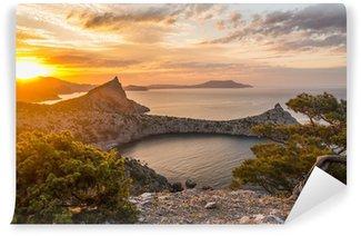 Vinyl-Fototapete Blick aufs Meer bei Sonnenaufgang in den Bergen