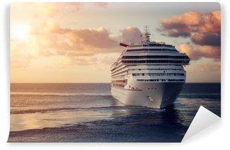 Vinyl-Fototapete Ein luxuriöses Kreuzfahrtschiff, das bei Sonnenuntergang den Hafen verlässt