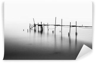 Vinyl-Fototapete Eine Langzeitbelichtung eines zerstörten Pier in der Mitte der Sea.Processed in B
