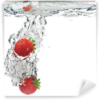 Vinyl-Fototapete Erdbeeren werden in Wasser getropft