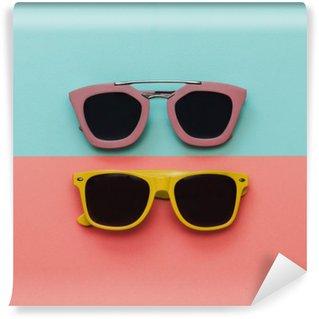 Vinyl-Fototapete Flachlege Mode Set: zwei Sonnenbrillen auf Pastell Hintergrund. Draufsicht.