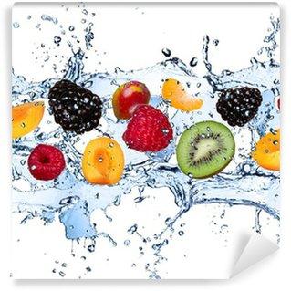 Vinyl-Fototapete Frische Früchte in Wasser spritzen, isoliert auf weißem Hintergrund