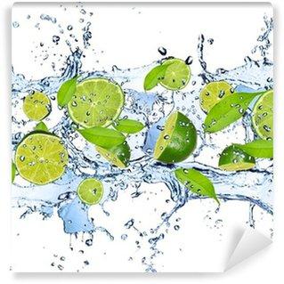 Vinyl-Fototapete Frische Limetten im Wasser spritzen, isoliert auf weißem Hintergrund