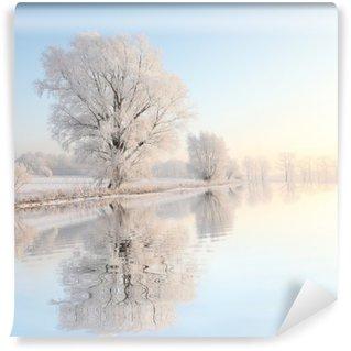 Vinyl-Fototapete Frosty Winter Baum gegen einen blauen Himmel mit Reflexion in Wasser