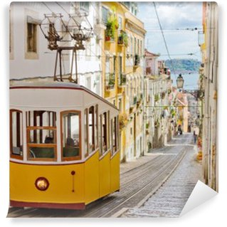 Vinyl-Fototapete Historische Straßenbahn auf einer Straße in Lissabon