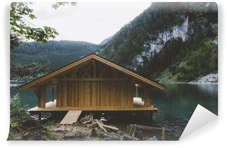 Vinyl Fototapete Holzhaus auf See mit Bergen und Bäumen