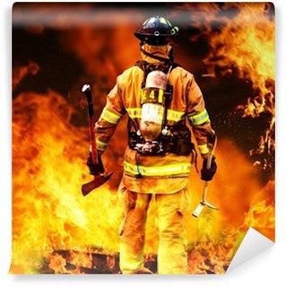Vinyl Fototapete In dem Feuer, ein Feuerwehrmann sucht nach möglichen Überlebenden