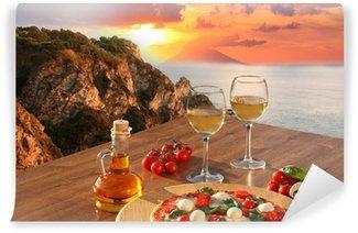 Vinyl Fototapete Italienische Pizza und Gläser Wein gegen Kalabrien Küste, Italien