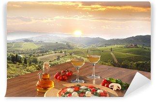 Vinyl Fototapete Italienische Pizza und Gläser Weißwein in Chianti, Italien
