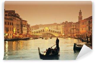 Vinyl-Fototapete Rialto-Brücke und Gondeln an einem nebligen Herbstabend in Venedig.