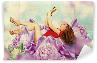 Vinyl Fototapete Schöne Frau mit Buch in Blumen