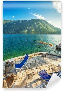 Fototapete blick aufs meer  Vinyl-Fototapete Strandpromenade mit Blick aufs Meer und die Berge ...