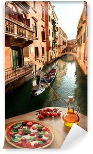 Vinyl Fototapete Venedig mit italienische Pizza gegen Kanal in Italien