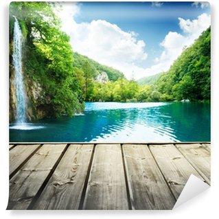 Vinyl Fototapete Wasserfall im tiefen Wald von Kroatien und Holz Pier