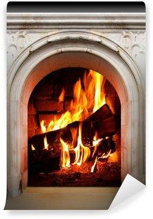 Vinyl-Fototapete Weinlese-Kamin mit brennenden Holzscheite. Erneuerbare Energiekonzept.