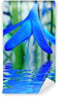 Fototapet av Vinyl Blå blomma reflektion i vatten