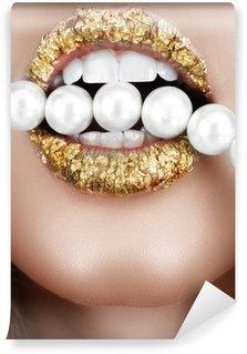 Fototapet av Vinyl Bladguldet mun med pärlor