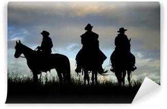 Fototapet av Vinyl Cowboys på hästrygg på en Montana ås i gryningen
