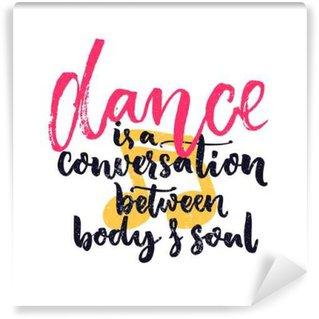 Fototapet av Vinyl Dans är ett samtal mellan kropp och själ. Inspiration citationstecken om dans. Dansare klasser väggdekorationer dekoration med handen bokstäver