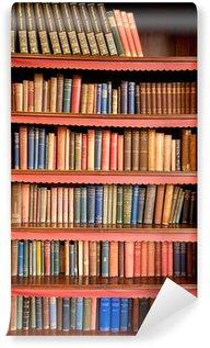 Fototapet av Vinyl Gammal bokhylla med rader av böcker i gamla biblioteket