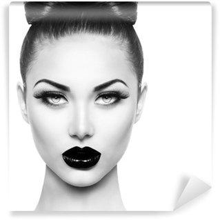 Fototapet av Vinyl Hög mode skönhet modell flicka med svart smink och långa lushes