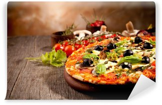 Fototapet av Vinyl Läckra färsk pizza serveras på träbord