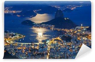 Fototapet av Vinyl Natt tanke på berget Sockertoppen och Botafogo i Rio de Janeiro
