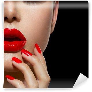 Fototapet av Vinyl Röda sexiga läppar och naglar närbild. Manikyr och Makeup