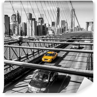 Fototapet av Vinyl Taxi cab korsar Brooklyn Bridge i New York