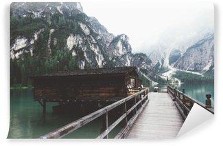 Fototapet av Vinyl Träbrygga på Braies sjö med berg och trees__