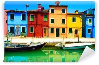 Fototapet av Vinyl Venedig landmärke, Burano island kanalen, färgglada hus och båtar,