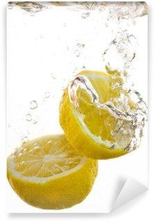 Vinylová Fototapeta 2 půlky citronu pádu do vody a dělat bubliny