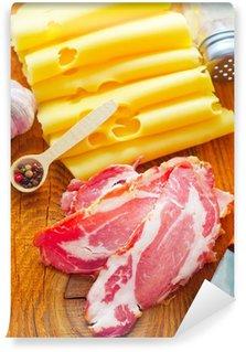 Vinylová Fototapeta Bacon se sýrem na dřevěné desce