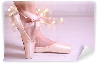 Vinylová Fototapeta Baletka v pointe boty v tanečním sále
