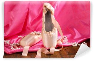Vinylová Fototapeta Baletní pointe boty na dřevěné podlaze na textilie pozadí