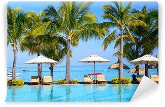 Vinylová Fototapeta Bazén se slunečníky na pláži na Mauriciu