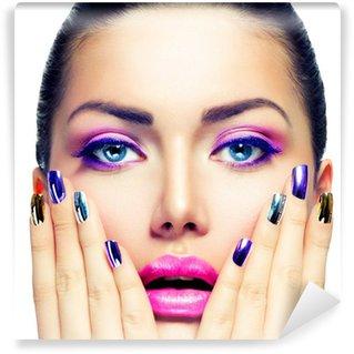Vinylová Fototapeta Beauty Make-up. Fialový make-up a pestré jasný Nails